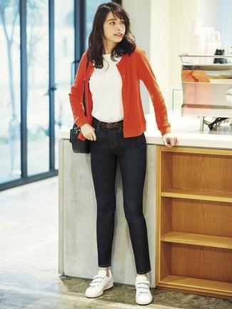 Comment porter: cardigan rouge, t-shirt à col rond blanc, jean skinny noir, baskets basses en cuir blanches
