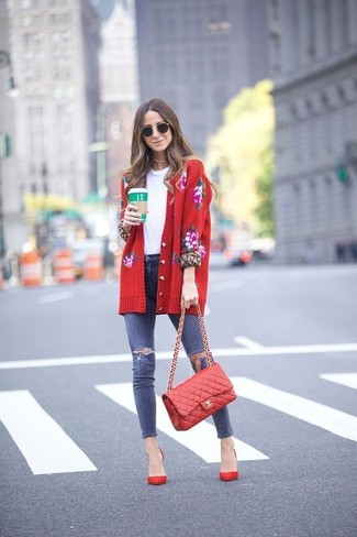Comment porter: cardigan à fleurs rouge, t-shirt à col rond blanc, jean skinny déchiré bleu marine, escarpins en daim rouges