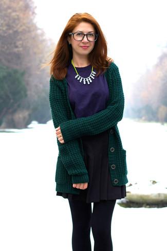 Comment porter: cardigan en tricot vert foncé, t-shirt à col rond violet, jupe patineuse noire, collier chartreuse