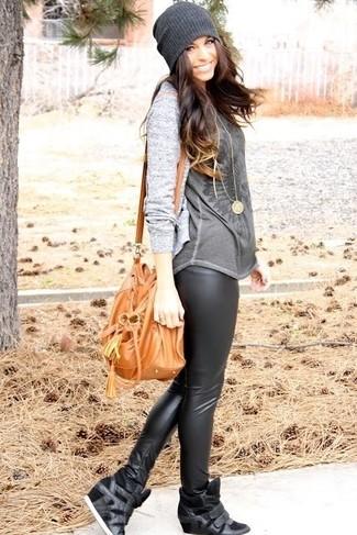 Comment porter: cardigan gris, t-shirt à col rond imprimé gris foncé, leggings en cuir noirs, baskets compensées en cuir noires