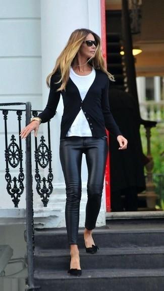 Pour une tenue de tous les jours pleine de caractère et de personnalité choisis un cardigan noir Maison Margiela et des leggings en cuir noirs. D'une humeur audacieuse? Complète ta tenue avec une paire de des escarpins en daim noirs.