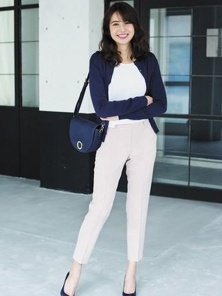 Comment porter: cardigan bleu marine, t-shirt à col rond blanc, pantalon carotte rose, escarpins en cuir bleu marine