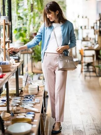 Comment porter un pantalon carotte rose: Opte pour un look sophistiqué avec un cardigan bleu clair et un pantalon carotte rose. Mélange les styles en portant une paire de des ballerines en cuir noires.