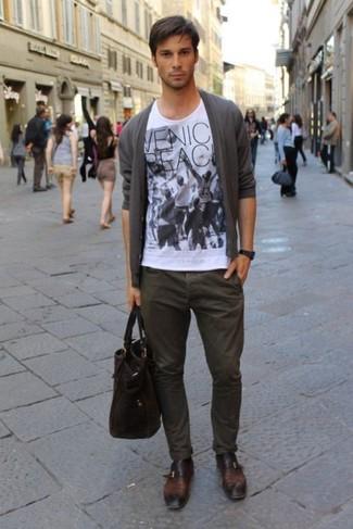 Comment porter: cardigan gris, t-shirt à col rond imprimé blanc et noir, pantalon chino marron foncé, monks en cuir marron foncé