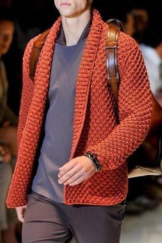 Comment porter: cardigan en tricot orange, t-shirt à col rond gris, pantalon chino marron foncé, sac à dos en cuir marron