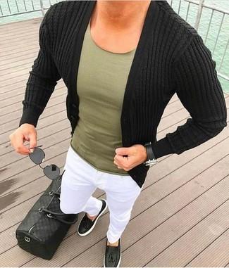 Comment porter un pantalon chino blanc: Pour créer une tenue idéale pour un déjeuner entre amis le week-end, associe un cardigan noir avec un pantalon chino blanc. Une paire de des mocassins à pampilles en cuir noirs rendra élégant même le plus décontracté des looks.
