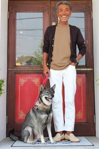 Comment porter: cardigan marron foncé, t-shirt à col rond marron clair, pantalon chino blanc, slippers en daim beiges