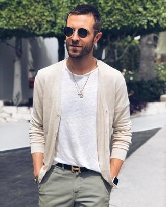 Comment porter: cardigan beige, t-shirt à col rond blanc, pantalon chino vert menthe, ceinture en cuir noire