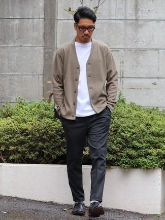 Comment porter un cardigan marron clair: Pense à marier un cardigan marron clair avec un pantalon chino gris foncé pour affronter sans effort les défis que la journée te réserve. Opte pour une paire de des chaussures richelieu en cuir noires pour afficher ton expertise vestimentaire.