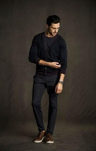 Comment porter un cardigan noir: Pense à marier un cardigan noir avec un pantalon chino gris foncé pour une tenue confortable aussi composée avec goût. Tu veux y aller doucement avec les chaussures? Complète cet ensemble avec une paire de des baskets basses en cuir marron pour la journée.