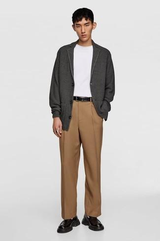 Comment porter des slippers en cuir noirs: Associer un cardigan gris foncé et un pantalon de costume marron clair créera un look pointu et élégant. Une paire de des slippers en cuir noirs est une option avisé pour complèter cette tenue.