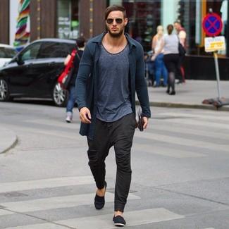 Comment porter: cardigan gris foncé, t-shirt à col rond gris foncé, pantalon de jogging marron foncé, espadrilles en toile noires