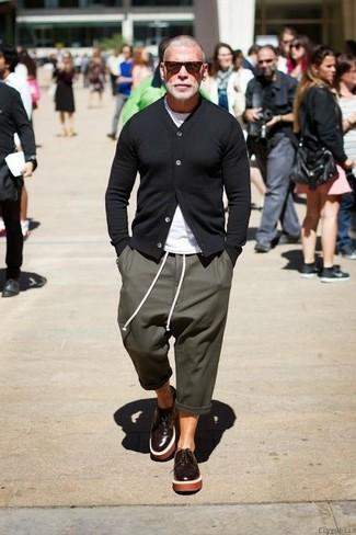 Tenue de Nick Wooster: Cardigan noir, T-shirt à col rond blanc, Pantalon de jogging olive, Chaussures derby en cuir marron foncé
