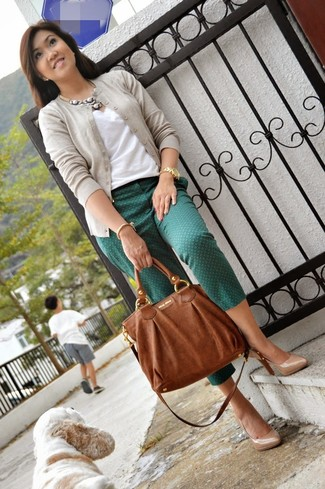Marie un cardigan beige femmes Maison Margiela avec un pantalon slim imprimé vert foncé pour un déjeuner le dimanche entre amies. Cette tenue se complète parfaitement avec une paire de des escarpins en cuir beiges.