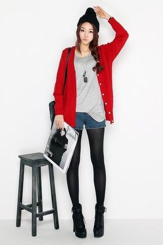 Comment porter: cardigan rouge, t-shirt à col rond gris, short en denim bleu marine, bottines à lacets en cuir épaisses noires