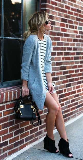 Essaie de marier un cardigan en tricot gris avec un short en denim déchiré bleu clair pour un look de tous les jours facile à porter. Assortis ce look avec une paire de des bottines compensées en daim découpées noires.