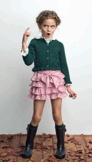 Comment porter: cardigan vert foncé, t-shirt à manche longue blanc, jupe rose, bottes de pluie noires