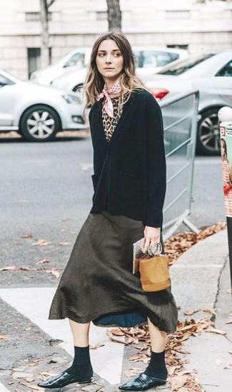 Ce combo d'un cardigan noir Maison Margiela et d'une jupe mi-longue fendue olive te permettra de garder un style propre et simple en dehors des horaires de bureau. Ajoute une paire de des mules en cuir noires à ton look pour une amélioration instantanée de ton style.