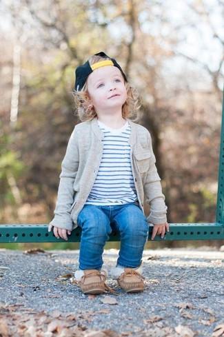 Comment porter: cardigan gris, t-shirt à rayures horizontales blanc, jean bleu, chaussures bateau marron