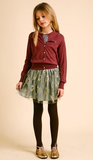 Comment porter: cardigan bordeaux, t-shirt imprimé bordeaux, jupe de tulle grise, chaussures richelieu dorées