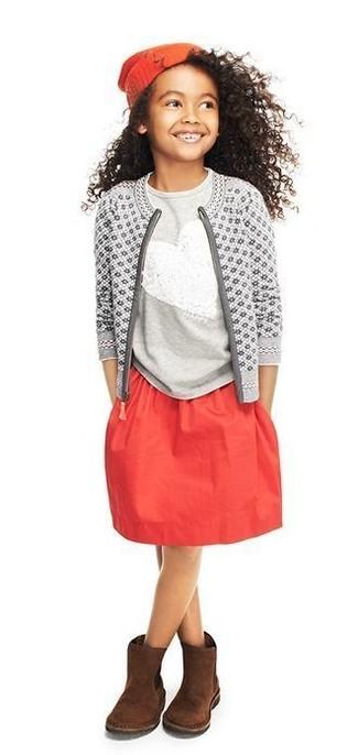 Comment porter: cardigan imprimé gris, t-shirt pailleté gris, jupe rouge, bottes ugg marron foncé