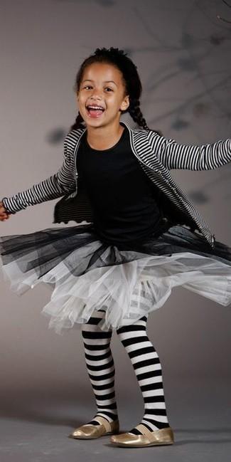 Tenue: Cardigan à rayures horizontales blanc et noir, T-shirt noir, Jupe en tulle blanche, Ballerines dorées