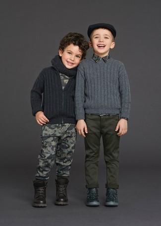 Comment porter: cardigan gris foncé, t-shirt imprimé gris, pantalon de jogging imprimé gris, bottes marron foncé