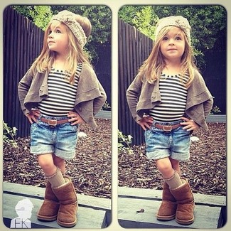 Comment porter: cardigan marron, t-shirt à rayures horizontales blanc, short en denim bleu, bottes ugg marron