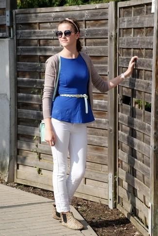 Comment porter: cardigan beige, top à basque bleu, jean skinny blanc, bottines chelsea en cuir marron clair