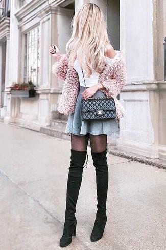 Comment porter: cardigan duveteux rose, top à épaules dénudées blanc, jupe patineuse grise, cuissardes en daim noires