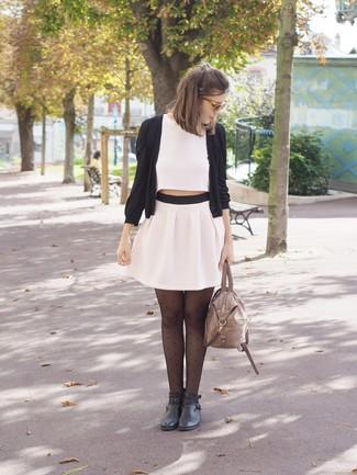 Comment porter: cardigan noir, top court blanc, minijupe plissée blanche, bottines en cuir noires