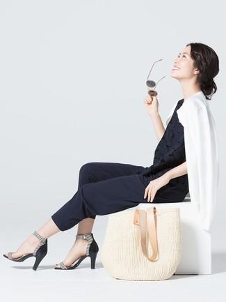 Comment porter: cardigan blanc, top sans manches en dentelle noir, pantalon carotte noir, sandales à talons en cuir à rayures horizontales noires et blanches