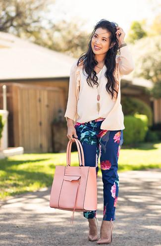 Comment porter: cardigan rose, top sans manches blanc, pantalon slim à fleurs bleu marine, escarpins en cuir roses