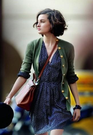 Comment porter: cardigan vert foncé, jupe patineuse á pois bleu marine, sac bandoulière en cuir tabac, montre en cuir noire