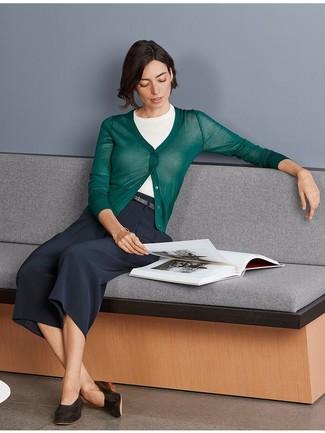 Comment porter: cardigan vert foncé, pull à manches courtes blanc, jupe-culotte bleu marine, slippers en cuir marron foncé