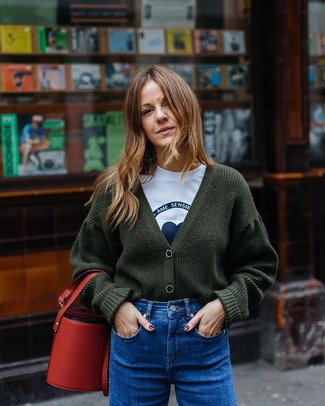 Comment porter: cardigan en tricot vert foncé, t-shirt à col rond imprimé blanc et bleu, jean bleu, sac bourse en cuir rouge