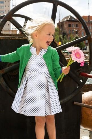 Comment porter: cardigan vert, robe á pois blanche