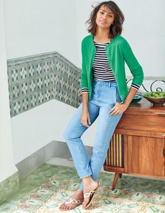Comment porter: cardigan vert, t-shirt à manche longue à rayures horizontales blanc et noir, jean bleu clair, tongs en cuir argentées