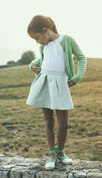 Comment porter: cardigan vert, t-shirt blanc, jupe vert menthe, ballerines vert menthe
