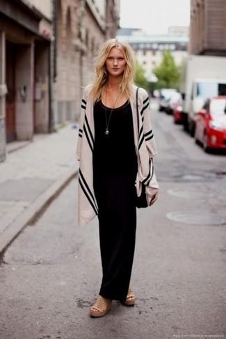 Comment porter une robe longue noire: Porte une robe longue noire pour affronter sans effort les défis que la journée te réserve. Cette tenue se complète parfaitement avec une paire de des sandales compensées en cuir marron clair.