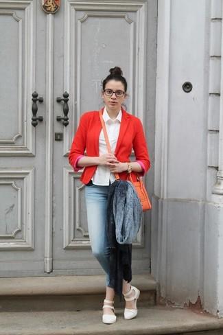 Comment porter: châle gris, blazer rouge, chemise de ville blanche, jean skinny bleu clair