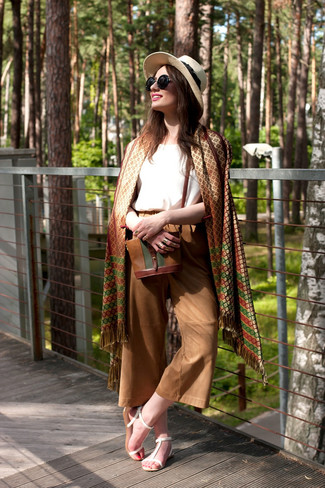 Comment porter: châle géométrique marron, débardeur en soie blanc, jupe-culotte marron, sandales plates en cuir blanches