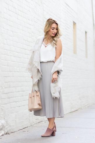 Comment porter: châle en coton beige, débardeur en soie blanc, jupe mi-longue en chiffon plissée grise, mules en daim roses