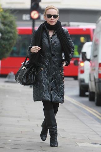 Comment porter: châle noir, doudoune longue noire, leggings noirs, bottes hauteur genou en cuir noires