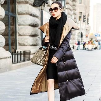 Comment porter: châle en tricot noir, doudoune longue noire, pull à col rond en pied-de-poule noir et blanc, jupe crayon noire