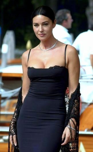 f429f3f24d1b7 Tenue de Monica Bellucci  Châle en dentelle noir, Robe moulante noire   Mode  femmes