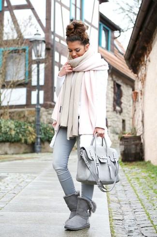 Comment porter: châle rose, gilet sans manches en fourrure blanc, sweat-shirt blanc, jean skinny bleu clair