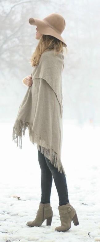Comment porter: châle gris, jean skinny gris foncé, bottines en daim grises, chapeau en laine marron clair