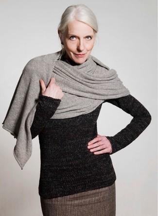 Comment porter un châle: Essaie d'associer un pull à col roulé en laine noir avec un châle pour un look confortable et décontracté.