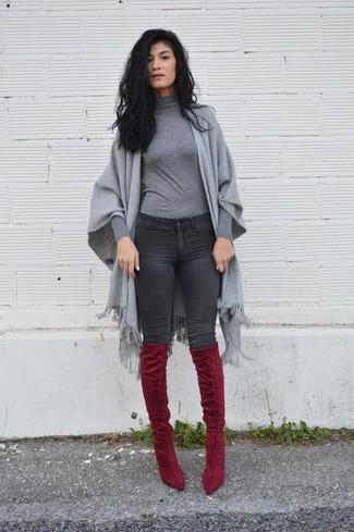 Comment porter: châle gris, pull à col roulé gris, jean skinny gris foncé, cuissardes en daim bordeaux